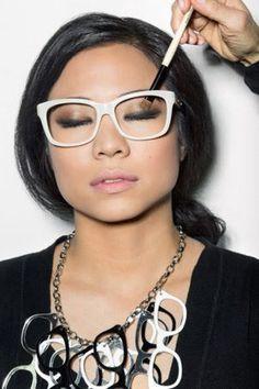 Make para quem usa óculos? Vem que tem! #maquiagem #taofeminino - taofeminino.com.br