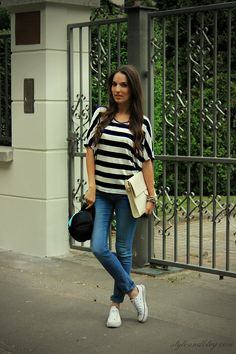 black and white shirt - jeans - sneakers