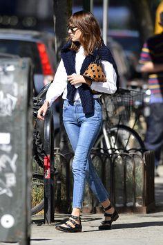 scrub / exfoliator Alexa Chung - Page 31 - the Fashion SpotAlexa Chung - Page 31 - the Fashion Spot Alexa Chung Street Style, Looks Street Style, Chic Outfits, Fashion Outfits, Womens Fashion, Preppy Fashion, Fashion Models, Dakota Johnson Stil, Pantalon Slim