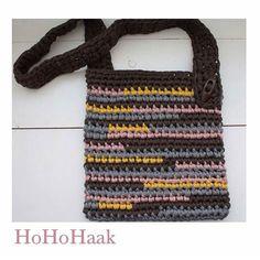 _nataliasalgado Bom dia Apaixonada por bolsas! Amo esse modelo da @hohohaak  #inspiration #inspiração #instacrochet #crochê #crochet #bolsas #artesanato #craft #fiodemalhaecologico #fiodemalha #trapillo #trapilho #handmade #feitoamão