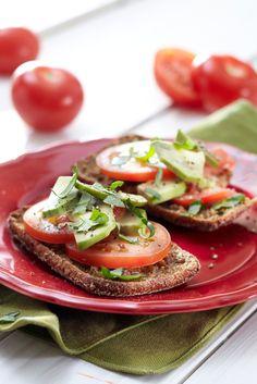 Avokado-tomaattileivät | Pirkka #food Caprese Salad, Bruschetta, Food Inspiration, Delish, Snacks, Diet, Breakfast, Ethnic Recipes, Drinks