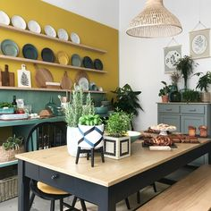 cuisine jaune moutarde et vert sauge Interior Decorating Styles, Interior Design Living Room, Decorating Websites, Green Kitchen, Retro Home Decor, Elle Decor, Colorful Interiors, Home Projects, Interior Inspiration