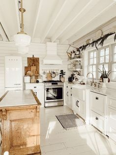 Are you searching for ideas for farmhouse kitchen? Check out the post right here for perfect farmhouse kitchen pictures. This amazing farmhouse kitchen ideas looks absolutely wonderful. Farmhouse Style Kitchen, Modern Farmhouse Kitchens, Home Decor Kitchen, Home Kitchens, Farmhouse Decor, Kitchen Ideas, Vintage Modern Kitchens, Country Farmhouse, Farmhouse Blogs