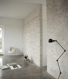 Hoge plafonds marmer op de vloer en op de wanden grove stenen, maken het strak, maar toch warm.