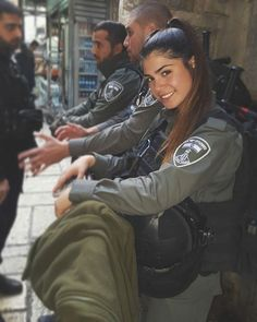 IDF - Israelische Streitkräfte - Frauen - Murderer in Sheepskin - Soldaten Idf Women, Military Women, Mädchen In Uniform, Israeli Girls, Beautiful People, Beautiful Women, Military Girl, Female Soldier, Warrior Girl