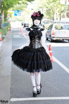 RT @Tokyo Fashion: Harajuku Shironuri in Gothic Fashion, Corset & Ball Joint Tights http://flip.it/TEfqG