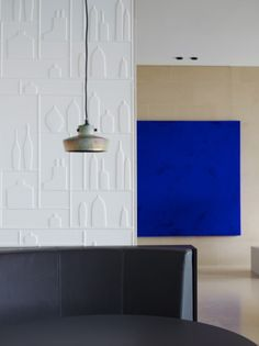 Perfect blue. Piet Boon Styling by Karin Meyn | Yves Klein Blue artwork at The International Golfclub
