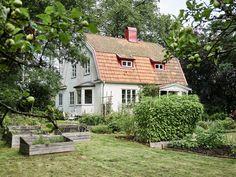 Porch Garden, Garden Cottage, Home And Garden, Home Interior, Interior And Exterior, Swedish Cottage, Bright Homes, English Countryside, Scandinavian Home