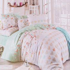 Комплект памучно спално бельо в свежи цветове - долен чаршаф в нежен меланж в зелено и бяло, калъфки за възглавници и горен чаршаф в комбинация от бяло и зелено, декорирани с цветни сърца, цветя, птички и пеперуди. Прекрасен комплект, който ще ви даде удобство и внесе свежест в спалнята.    Комплектът е от 4 части в кутия и включва:  - долен чаршаф с размери 220 / 240 см.  - плик с размери 200 / 220 см.  - 2 броя калъфки с размери 50 / 70 с...