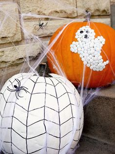 Thumb tacks are the perfect way to design your favorite pumpkin! Find more ideas here: http://www.bhg.com/halloween/outdoor-decorations/outdoor-halloween-decorating-with-pumpkins/?socsrc=bhgpin091214officesupplypumpkins&page=7