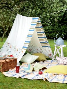 Organize your garden party perfectly - decorating ideas and tips-Gartenparty perfekt organisieren – Deko Ideen und Tipps Garden party decoration make DIY decoration ideas tent - Picnic Time, Summer Picnic, Summer Garden, Party Summer, Picnic Set, Diy Zelt, Period Living, Summer Party Decorations, Outdoor Decorations