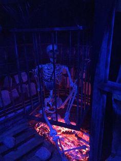 Halloween caged skeleton prop above fake fire & burnt bones (HF member) Halloween Forum, Fun Halloween Crafts, Pirate Halloween, Halloween 2016, Halloween Skeletons, Outdoor Halloween, Halloween Projects, Halloween Stuff, Halloween Themes