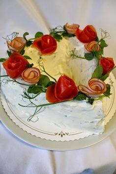 Kakkuviikarin vispailuja!: Broilerinen voileipäkakku Sandwich Cake, Sandwiches, Savoury Cake, High Tea, Cheesecakes, Food Art, Camembert Cheese, Food And Drink, Appetizers