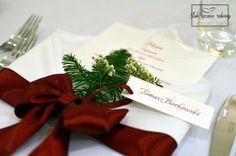 """Świąteczne, bożonarodzeniowe, zimowe dekoracje stołu weselnego w całości wykonane przez Agencję Ślubną Sroczyńskich """"Ślub Ręcznie Robiony"""". Bukiety z białych róż, bawełny, szyszek i iglaków. Kolory: biały, bordowy i zielony."""