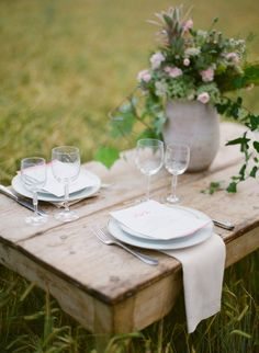 natural place setting with watercolor menues  / Miguel Varona Photography