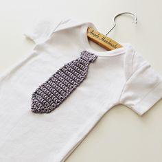 Rompertje met gehaakte stropdas. Super leuk als kraamcadeau of babyshower cadeau.