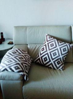 Cojin sofa y mantita a juego.