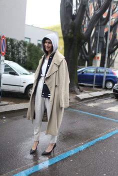 [Photo by Kuba Dabrowski]. Soft neutrals and wearable heels. Milan Fashion Week Street Style, Milan Fashion Weeks, Street Look, Street Chic, Fashion News, Fashion Models, Mode Style, Fall Winter Outfits, Fashion Addict