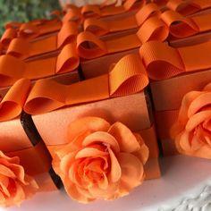 Uma proposta monocromática para todos os personalizados de Marina! 🌺 Esses foram os brownies! 😍😍😍 #promoveeventos #marinamignacxv #marinafaz15 #marimignacxv #15anos #15anosmoderno