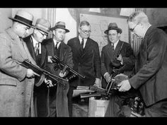 This photo shows Chicago Police preparing themselves with guns to wage war with the gangsters. It was a struggle for the police to keep gang activity regulated, and often times they had to use lethal force as shown by the photo. Real Gangster, Mafia Gangster, Old Images, Old Photos, Chicago Police, Chicago Pd, 1920s Gangsters, Police Detective, Al Capone