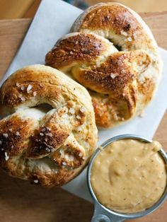Pretzel with Smoked Gouda & Cheddar Beer Sauce Homemade Pub Pretzel with Smoked Gouda & Cheddar Beer Dipping Sauce.Homemade Pub Pretzel with Smoked Gouda & Cheddar Beer Dipping Sauce. Beer Recipes, Sauce Recipes, Cooking Recipes, Party Recipes, Cheese Recipes, Pub Cheese Recipe, Barbecue Recipes, Cheese Dips, Cooking Bacon
