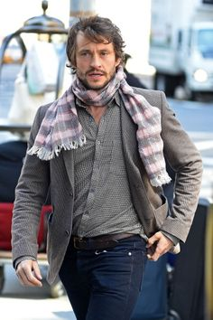 He is crushing that scarf