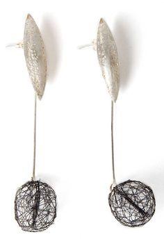 Aros realizados en plata 950 cincelada a mano. Según Judith Arvili