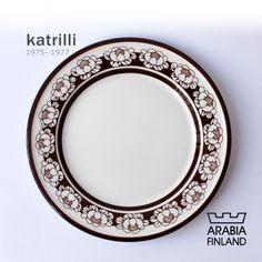 ARABIA katrilli   製造期間:1975年~1977年 フォルムデザイン:ウラ・プロコッペ(Ulla Procope)。 デコレーションデザイン:エステリ・トムラ(Esteri Tomula)。 蓮の花のモチーフがとても素敵なARABIAのKatrilliのケーキプレート。 落ち着いたブラウン色が印象的で、レトロな感じがとても可愛いです。 製造期間がわずか3年の為、希少性が高いシリーズです。 Decorative Plates, Brown, Tableware, Dinnerware, Tablewares, Brown Colors, Dishes, Place Settings