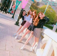 Discover recipes, home ideas, style inspiration and other ideas to try. Ulzzang Girl Fashion, Ulzzang Korean Girl, Korean Girlfriend, Oh My Girl Jiho, Bff Girls, Korean Best Friends, Uzzlang Girl, Korean Fashion Trends, Best Friend Pictures