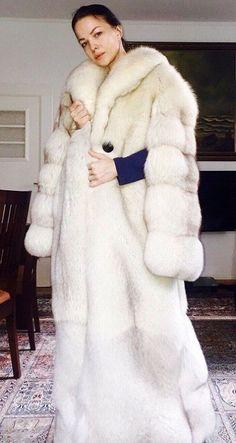 White Fox, Blue And White, Queen Albums, Fabulous Fox, Fox Fur Coat, Fur Coats, Queen Photos, Snow Queen, Fur Fashion