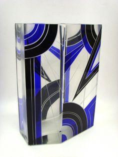 Salle des ventes ABC : Karl PALDA, HAIDA, rare vase Art Déco à six pans en verre soufflé, moulé, taillé, décor de forme géométrique à l'émail noir et bleu cobalt, travail de Tchécoslovaquie, bohême du nord époque 1925-1930, h28 x l19,5 cm