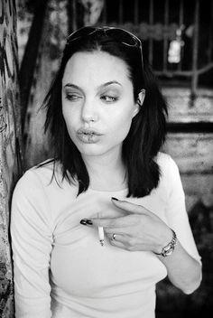 . Angelina Jolie Smoking, Angelina Jolie Photos, Pretty People, Beautiful People, Carlson Young, Divas, Jolie Pitt, Girl Smoking, Women Smoking