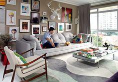 Reformado e decorado pelo arquiteto Nelson Kabarite, o apartamento de 180 m², onde vive André Almada, é em tons de cinza e bege. Na parede da sala, a coleção de arte do empresário, incluindo uma cabeça de servo
