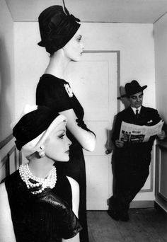 Sara Thom and Dorothea wearing hats by Madame Paulette, Little Bara standing in the corner, photo by William Klein, 1960 From the book: WILLIAM KLEIN - In and Out of Fashion Vintage Vogue, Mode Vintage, Vintage Hats, Vintage Glamour, Vintage Style, Vintage Ladies, 1960s Fashion, Fashion Models, William Klein