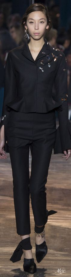 Christian Dior Spring 2016 Couture Fashion Show Dior Haute Couture, Couture Christian Dior, Couture Fashion, Spring Couture, Couture Week, Fashion Week, Fashion Show, Paris Fashion, Fashion Trends