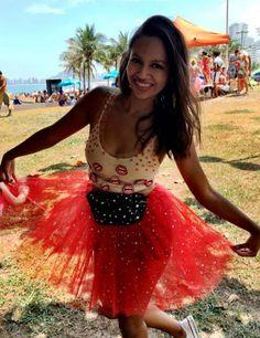 É oficial: a época mais brilhosa do ano acabou, mas os registros do Carnaval ficam pra gente admirar. Vem ver a segunda parte das fantasias bafo das nossas leitoras no #modicesinspira. Ê época linda d