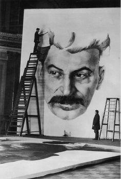 Des étudiants de l'Académie des beaux-arts de Leningrad préparent le portrait géant de Staline pour la célébration du 1er Mai 1934 par M. Mitskevich.