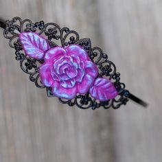 Čelenka - Růžovofialová růže Černáčelenkado vlasů sfiligránovým lůžkems aplikací růže z fialového-růžovéhofima afialovomodrého pudru, přelakováno.  polymer by teruberu