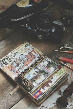 cuaderno-de-viaje-camara-vieja-lápiz-cuaderno-con-muchos-fotos