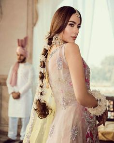 Now Trending - Hairstyles With Gajras Brides Are Rocking ! - Witty Vows Bridal Bun, Bridal Braids, Bridal Hairdo, Pakistani Hair, Pakistani Bridal Wear, Green Lehenga, Indian Bridal Hairstyles, Trending Hairstyles, How To Look Classy
