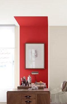 Zoning couleur sur muret de moulures qui se prolonge jusqu'au plafond et épouse la forme du baldaquin.