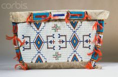 Lakota possible bag decorated with beadwork, 19 century. Berlin. Native Beading Patterns, Native Beadwork, Native American Beadwork, Beaded Purses, Beaded Bags, Beaded Jewelry, Native American Crafts, American Indians, Pouch Bag