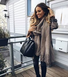 Fab Fashion Fix is fashion, style, beauty and celebrity insider. Winter Wear, Autumn Winter Fashion, Casual Winter, Winter Time, Black Leather Tote Bag, Fall Looks, Fashion Outfits, Womens Fashion, Fashion 2018