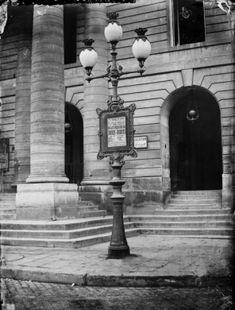 Réverbère, place de l'Odéon. Paris (VIème arr.), 1867. Photographie de Charles Marville (1813-1879). Bibliothèque historique de la Ville de Paris.