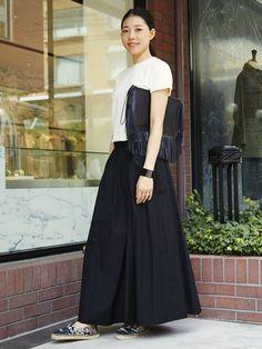 ロング丈スカートもシックに着こなしてオフィススタイルに。フリンジ付きのクラッチやエスパドリーユで季節感を取り入れて。