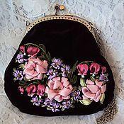 Купить или заказать Бархатная сумочка 'Розы, розы...' в интернет-магазине на Ярмарке Мастеров. Элегантная вечерняя сумочка выполнена из черного бархата с фермуаром цвета бронзы, отделанным бисером, гармонирующим с цветом фермуара. Украшенная вышивкой лентами и шелковыми нитками DMC (производство Франция), сумочка эффектно дополнит Ваш романтический образ. Сумочка мягкая, но держит форму, проложена синтепоном и укреплена дублерином. Подкладка шелковая серебристо-серого цвета с рисунком...