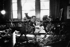 Souvenirs - Photo - John Wayne dans son Bureau avec Aïssa pour un gros câlin