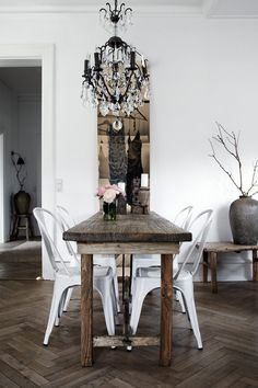 Zona de comedor con las sillas Tolix en color blanco   http://www.decoratualma.com/es/sillas/451-replica-silla-tolix-colores.html