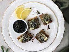 Toasts à la crème de lentilles et Caviar végétal : découvrez les recettes de cuisine de Femme Actuelle Le MAG Toast, Caviar, Camembert Cheese, Creme, Panna Cotta, Dairy, Ethnic Recipes, Parmesan, Food
