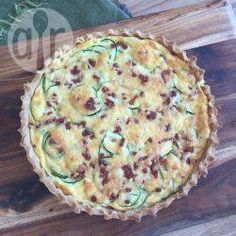 Glutenfreie Zucchini Quiche mit Speck - Der Boden dieser leckeren Quiche wird mit glutenfreiem Mehl gemacht. An die Füllung kommen Speck, Zucchini und Gouda. Dazu einfach einen grünen Salat servieren.@ de.allrecipes.com